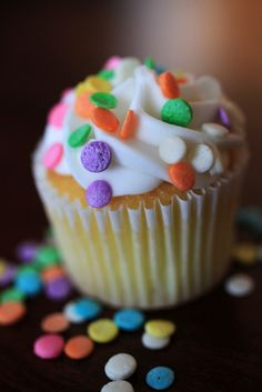 Classic Cupcake Recipe from The Dessert Lover Baking Cupcakes, Vanilla Cupcakes, Fun Cupcakes, Cupcake Recipes, Confetti Cupcakes, Decorate Cupcakes, Cupcake Bakery, Cupcake Cookies, Yummy Treats