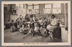 prentbriefkaart van de kleuterspeelzaal van de crèche aan de Plantage Middenlaan in Amsterdam, 1932