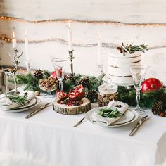 Wondering how to decorate a Christmas table for dinner? These stunning table decorations make holiday prep look easy. Christmas Table Settings, Christmas Tablescapes, Christmas Table Decorations, Holiday Tables, Floating Candle Centerpieces, Elegant Centerpieces, Holiday Centerpieces, Elegant Dinner Party, Natural Christmas