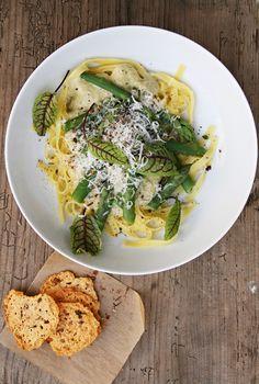 Warum grünes Essen für Kinder ein rotes Tuch ist, versteh ich nicht so recht. Es geht doch nichts über ein selbst gemachtes Basilikumpesto, einen knackigen Salat oder eine dampfende Schüssel Spargelpasta. Die Grüne, versteht sich, also die mit grünem Spargel, weil der so schön bissfest ist und man ihn nicht schälen muss. Wer hat heute …