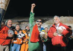 El último minero rescatado, Luiz Urzúa (izq),y el presidente de Chile, Sebastián Piñera (d) cantaron la canción nacional de Chile.
