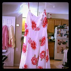 XS/S Gorgeous flowy white & red floral dress! I'm a true XS but this dress may fit both XS & S (old navy runs lil big). From this past summer season. Soft & smooth on skin. Like new condition only worn 1x & professionally dry cleaned. Ready to go~*! Old Navy Dresses Midi