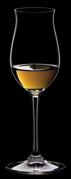 Vinum Cognac Hennessy - The finely tuned shape of this glass harmonizes the aroma and the taste, tempering the alcohol and the stringency of the palate and emphasizing the bouquet. The flute-shaped glass allows its contents a very small evaporation surface.