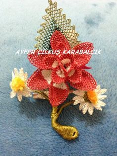 This Pin was discovered by Neş Needle Tatting, Needle Lace, Bobbin Lace, Lace Flowers, Crochet Flowers, Fabric Flowers, Crochet Unique, Lace Weave, Lacemaking