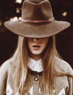 Girls in hats Carrie Bradshaw, Fall Collection, Vogue, Inspiration Mode, Love Hat, Looks Chic, Cool Hats, Big Hats, Madame