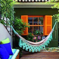 """""""O paisagista Odilon Verde criou uma área deliciosa para um casal com duas filhas em São Paulo com direito a rede, deque de madeira, ladrilhos hidráulicos…"""""""