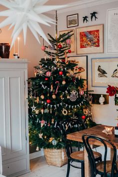 Inspiring Christmas trees and how to get the look - The House That Lars Built Christmas Feeling, Noel Christmas, Merry Little Christmas, Simple Christmas, Winter Christmas, Christmas Tree Inspo, Scandinavian Christmas Trees, Christmas Tree Decorations, Holiday Decor