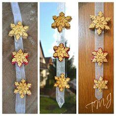 Gold snowflake gingerbread window decoration. Arany hópehely mézeskalács ablakdísz.