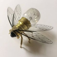 Steampunk broche - Petit Brass Bee Lightbulb Pin - Unique Unusual Original Handmade Hand Made Steam Punk Clockwork Bijoux - Brooch Steam Punk Jewelry, Steam Punk Art, Gothic Jewelry, Bohemian Jewelry, Small Bees, Neo Victorian, Save The Bees, Sculpture, Recycled Art