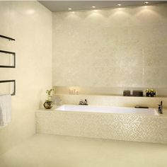 mosaïque en beige clair aux accents brillants dans la salle de bains