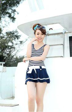 ВМС полосой Pattern Совок шеи Стиль одежды плиссированные One Piece Купальники для женщин