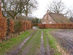Een mooie rondwandeling door Norg, Zuidvelde en Westervelde met veel historische elementen zoals de Margaretakerk, de authentieke boerderijen van Oud Norg, brinken, zandpaden over de esgronden, grafheuvels, een hunebed en een oerbos. Genieten van pittoresk Drenthe en de natuur. She Likes, Netherlands, Holland, Hiking, Country Roads, Travel, City, The Nederlands, The Nederlands