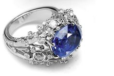 Moonlight Ring in white gold, diamond and Ceylon sapphire of 8.59 carats.