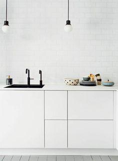 White minimal kitchen Elegant Kitchens, Modern Farmhouse Kitchens, Farmhouse Kitchen Decor, Beautiful Kitchens, Kitchen Interior, Minimal Kitchen Design, Minimalist Kitchen, Boconcept, Terrazzo