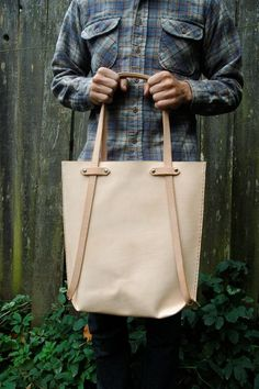 This simple Cream Color Leather Tote Bag is amazing to have Hobo Purses, Purses And Bags, Backpack Bags, Tote Bag, Diy Sac, Leather Projects, Clutch, Casual Bags, Beautiful Bags