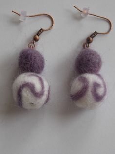 Fialovo bílé plstěné naušnice Naušnice jsou vyrobeny z bílé a fialové plsti. Jejich délka je (i s afroháčkem) cca 4,5 cm.
