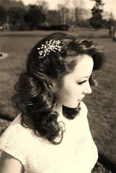 Neat Laid back easy vintage hair inspiration. Love the vintage hair clip too The post Laid back easy vintage hair inspiration. Love the vintage hair clip too… appeared first on Cool Hair . Retro Hairstyles, Prom Hairstyles, Vintage Wedding Hairstyles, Vintage Haircuts, Grease Hairstyles, Latest Hairstyles, Hair Dos, Your Hair, Hair Accessories For Women