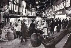 """1972: Der Weihnachtsmarkt in der Grupenstraße. Vorne der """"Geschwisterbrunnen""""   Quelle: Herbert Rogge"""