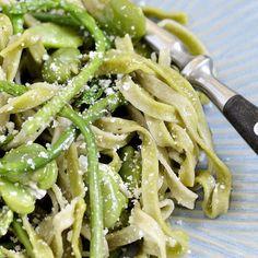 Tagliatelle con asparagi selvatici e fave / Tagliatelle with wild asparagus and fava beans