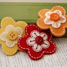 Felt and button flowers- easy learn-to-sew craft Felt Diy, Felt Crafts, Crafts To Make, Fabric Crafts, Sewing Crafts, Diy Crafts, Button Flowers, Felt Flowers, Fabric Flowers