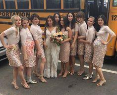 <p>Não são apenas as noivas que andam inovando no modelito para subir ao altar. As madrinhas também estão cada vez mais criativas. </p><p>A atriz <b>Lena Dunham</b>, por exemplo, foi uma das madrinhas do casamento da amiga Audrey Gelman. Ela e as outras madrinhas inovaram e customizaram suas saias de paetês. </p><p>O look das madrinhas foi desenhado por <b>Jenna Lyons</b>, da marca <b>J.Crew</b>.E não é que ficou super original? <br /></p><p>Separamos outras madrinhas descoladas para você…