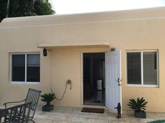 House in Miami Beach, United States. Nice private cottage with full kitchen, separate bedroom, bathroom and lounge with sofa bed. Access to roof terrace, yard, pool, BBQ & parking. 20 mins walk to beach, near free shuttle stop and 5 mins walk to shops, restaurants and Normandy Isle g...