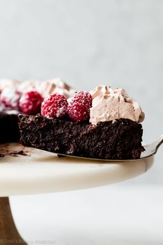 This easy 1 bowl flourless chocolate cake recipe is naturally gluten free. With its moist fudge-like texture, it satisfies the biggest chocolate craving! Flourless Desserts, Flourless Chocolate Cakes, Chocolate Flavors, Chocolate Mocha Cake, Craving Chocolate, Just Desserts, Delicious Desserts, Dessert Recipes, Cupcake Recipes