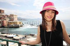 ragazza al mare con cappello rosa