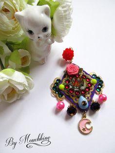 Ces boucles doreilles sont une série limitée, made in France, entièrement fait main. Bohème chic, ce bijou haute fantaisie élégant et original à la fois est au coeur de la tendance gispy luxe du moment. Beaucoup plus quun simple accessoire de mode, Il habillera votre visage en accompagnant vos tenues les plus tendances, comme les plus décontractées.  - hauteur : 8 cm - largeur : 6 cm