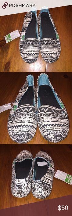 NWT Sanuk size 6 shoes NWT Sanuk mirage black and cream Aztec print shoes size 6 Sanuk Shoes Flats & Loafers