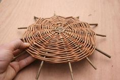 A step by step guide to weaving a traditional style Willow Wicker basket from start to finish. Paper Basket Weaving, Basket Weaving Patterns, Willow Weaving, Baskets On Wall, Wicker Baskets, Weaving Designs, Upcycled Crafts, Weaving Techniques, Internet