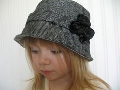 Quel un chapeau parfait pour votre petit faiseur de tendances ! Ce modèle est le chapeau de Hampton. Le chapeau est un chapeau de style classique