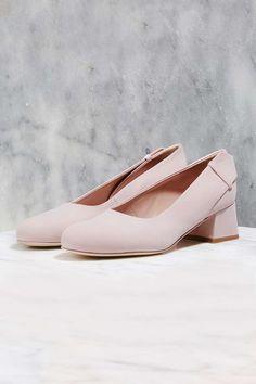Alors que Topshop dévoile une première collection de chaussures, on craque sur ces jolis souliers couleur chamallow. #cartonmagazine