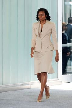 First Lady Michelle Obama looks chic in a creme colored suit Michelle E Barack Obama, Barack Obama Family, Michelle Obama Fashion, Malia Obama, Professional Attire, Professional Women, Business Professional, American First Ladies, First Black President