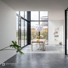 Villa Harnaschpolder - Station-D Architects - http://station-d.nl - Op het zuidwesten, waar achter- en rechter zijgevel bij elkaar komen, bevindt zich een enorm hoge hoekpui van zes meter, met daarin een te openen schuifpui. Dit zorgt ervoor dat de grenzen tussen binnen en buiten vervagen. Het directe zonlicht dat hier binnenvalt wordt gedempt door verborgen screens. In deze hoek van de woning bevindt zich de vide. Foto: Stijnstijl Fotografie #interior #architecture #design