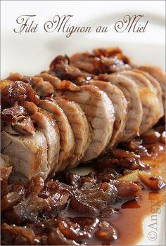 Une manière de faire un filet Mignon pour tous ceux qui aiment le sucré salé .. .. Ingrédients 1 filet mignon de porc 3 cuillères à soupe de sauce soja 2 cuillères à soupe de miel 2 gousses d'ail un peu de gingembre en poudre 4 échalotes roses huile d'olive...