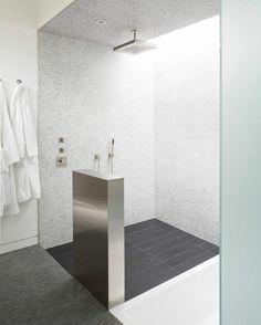 Offenes Duschen Design aus hellgrauem Mosaik