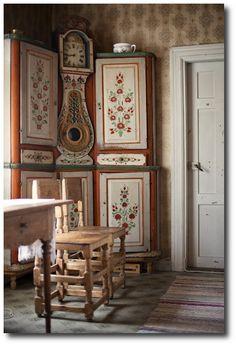Scandinavian Farmhouse: Swedish corner cabinet and a built in Mora clock w. Swedish Cottage, Swedish Decor, Scandinavian Folk Art, Swedish Style, Swedish Design, Scandinavian Interior, Home Interior, Scandinavian Kitchen, Cottage Chic