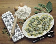 TORTELLI ALLA BORRAGINE CON BURRO ALLE ERBE FINI    Ingredienti:  130 g di burro 50 g di parmigiano grattugiato 1 rametto di timo 1 rametto di maggiorana 1 rametto di prezzemolo sale pepe  Per i tortelli:  300 g di farina 1 cucchiaiata d'olio 3 uova sale  Per il ripieno 400 g di borragine 250 g di ricotta romana 1 uovo 1 rametto di maggiorana 50 g di parmigiano grattugiato sale pepe  Preparare una sfoglia sottile con la farina, le uova, l'olio e un pizzico di sale.   Scottare la borragine in…