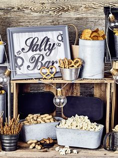 Of course, a drink or two is part of an exuberant celebration. Salty snacks go perfectly with this. A salty bar should not be missing at any wedding. Discover tips and ideas for a penalty bar and othe Wedding Snack Bar, Diy Wedding Bar, Wedding Sweets, Diy Wedding Decorations, Wedding Signs, Diy Planters Outdoor, Salty Snacks, Diy Bar, Dessert Buffet