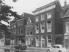Turfmarkt 50 tot 60 in 1962. De twee huizen rechts van de toegang tot de gereformeerde kerk zijn kort voor 1966 afgebroken. Het huis links van de poort (nummer 50) was de ambtswoning van de stadsbouwmeester.