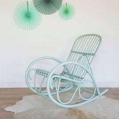 fauteuil rocking chair rotin vert pastel rétro, vintage rénové, tapis peau de vache ivoire