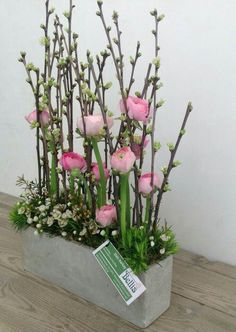 Met goedkope dingen van de Action maak je de leukste voorjaarsdecoratie, 10 leuk… With cheap things from the Action you can make the best spring decorations, 10 great examples! – Self-made ideas Arrangements Ikebana, Floral Arrangements, Easter Flower Arrangements, Deco Floral, Arte Floral, Easter Flowers, Spring Flowers, Flowers Garden, Diy Flowers