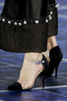 Chanel at Paris Fashion Week Spring 2013 - Details Runway Photos Fashion Details, Look Fashion, Fashion Pants, Fashion Shoes, Fashion Outfits, Womens Fashion, Coco Chanel, Designer Wear, Designer Dresses
