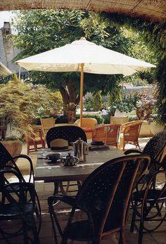 BOSC ARCHITECTES - MICHEL SEMINI paysagiste - JACQUES GRANGE décorateur - Mas de pierre Bergé à Saint-Rémy de Provence - terrasse