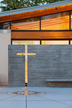 Megan - mix of stone, wood, metal. Clean but still warm and inviting Seattle chapel by Hennebery Eddy features walls of rough sandstone and concrete Sacred Architecture, Religious Architecture, Church Architecture, Architecture Details, Church Interior Design, Church Stage Design, Church Foyer, Modern Church, Church Building
