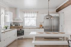 Tämä Mammutti-hirsitalon maalaisromanttinen Topi-keittiö suorastaan kutsuu lieden ja ruokapöydän ääreen. Ihana valo tulvii tähän kauniiseen tupaan.