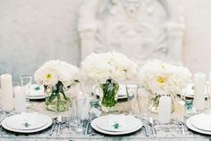 #peony, #centerpiece, #white, #table  Photography: Ashley Ludaescher Photography - ashleyludaescher.com
