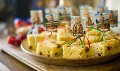 O bolo de fubá com goiabada ganhou plaquinhas especiais com imagens de santos