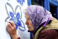 Com pinturas decorativas belíssimas, vovó de 90 anos transforma casas de sua aldeia anezka kasparkova 3